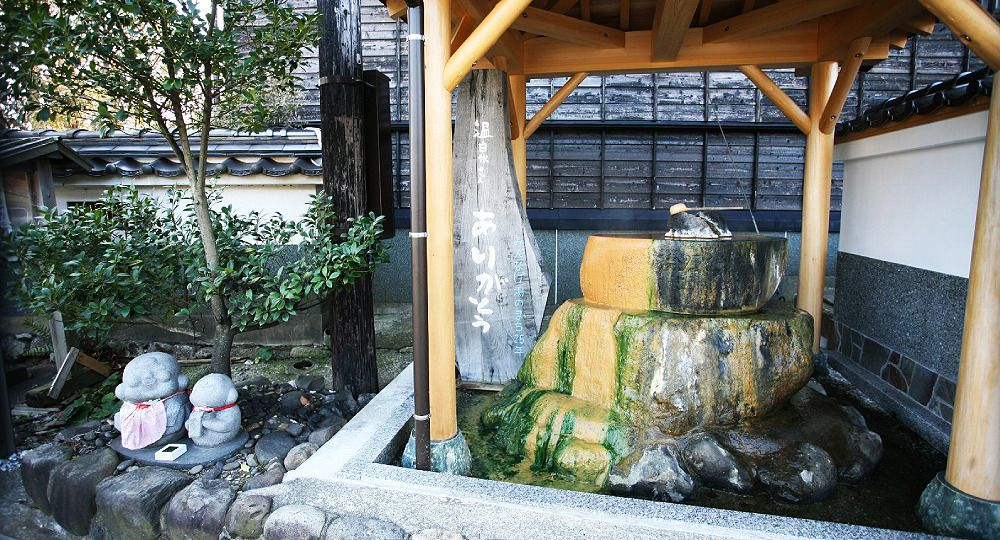 With a twist of the tap, hot spring water gushes forth : Hamasaka Onsen